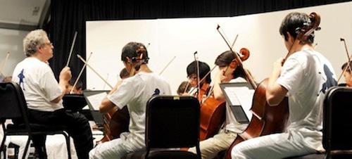 Itzhak Perlman conducts summer students at The Perlman Music Program on Shelter Island last year. (Credit: Perlman Music Program)